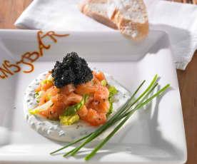Lachstatar auf Schnittlauch-Schmand mit Kaviar
