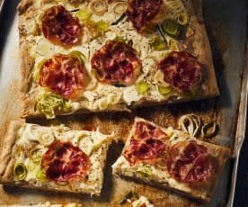 Sauerteigpizza mit Porree und Coppa
