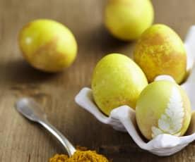 Eier gelb färben