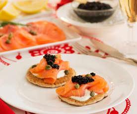 Blinis de sarraceno con salmón ahumado y caviar