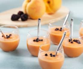 Chupitos de gazpacho de melocotón con caviar de mora