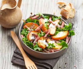 Listový salát s camembertem, slaninou a jablky