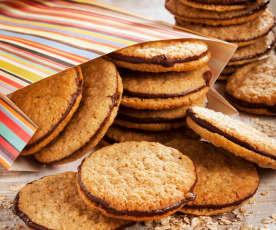 Biscotti sandwich all'avena e cioccolato