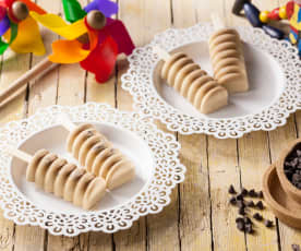Ghiaccioli cremosi al caffè con gocce di cioccolato