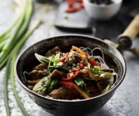 Vepřové maso po čínsku se zeleninou a rýžovými nudlemi