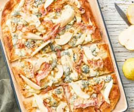 Pizza au fromage bleu, bacon croustillant, poires, miel et noix