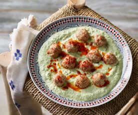 Köfte im Mangold-Joghurt-Bett - Cacıklı Arap Köftesi