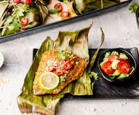 Poisson à la thaïlandaise cuit dans des feuilles de bananier accompagné d'une salade mixte