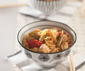 Noodles con pollo, espárragos y pimiento