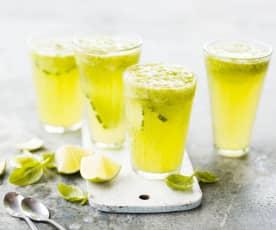Boisson rafraîchissante concombre, basilic et citron vert
