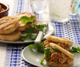 Wenezuelski szarpany kurczak z bułeczkami arepas