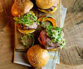 Burgery z plastrami grillowanej wołowiny, pastą z dyni i rukolą