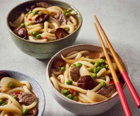 Udon-Nudeln mit Rindfleisch und Erbsen