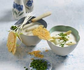 Spargelcremesüppchen mit Käsechips