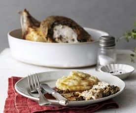 Gebackenes Hähnchen mit Tapenade und Kartoffelpüree mit karamellisierten Zwiebeln