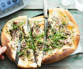 Pizza au munster, poitrine fumée, poulet et champignons