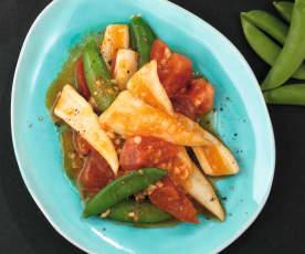 Tintenfisch mit Tomaten und Zuckerschoten