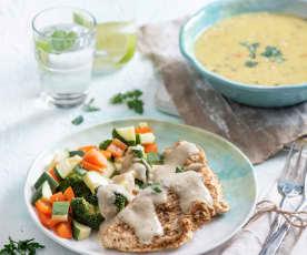 Pilzsuppe und gedämpfte Putenbrust mit Gemüse