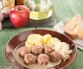Pulpety wieprzowe z kiszoną kapustą i sosem jałowcowym