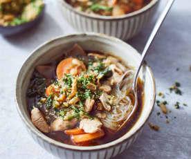 Azjatycka zupa z kurczakiem i makaronem ryżowym