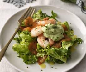Salát s krevetami, uzeným lososem a avokádovým dipem