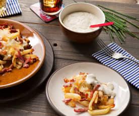 Patatas fritas con beicon y queso (bacon cheese fries) y salsa ranchera
