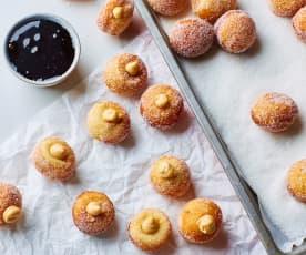 Sfere di donut al burro di arachidi con salsa al cioccolato