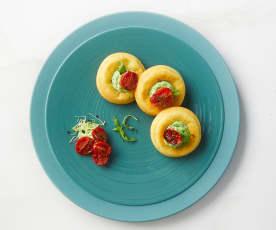 Mini savarin con crema di rucola e pomodorini confit