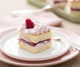 Pasteles de merengue y gelatina de frambuesa
