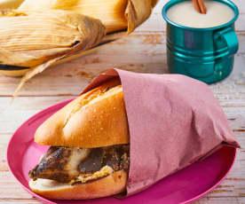 Guajolota de mole (torta de tamal)