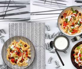 Fusilli-Salat mit Mozzarella-Sauce