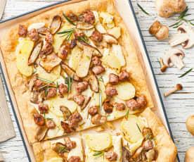 Pizza con patatas, boletus y salchichas frescas