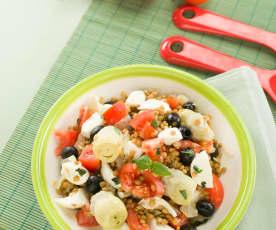 Ensalada de lentejas con mozzarella, alcachofa y tomate