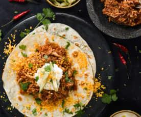 Trhané kuřecí maso v tortille s avokádem a čedarem