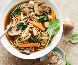 Soupe de nouilles au tofu fumé, épinards et champignons de Paris