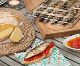 Pan de maíz, sardinas a la parrilla y piquillos