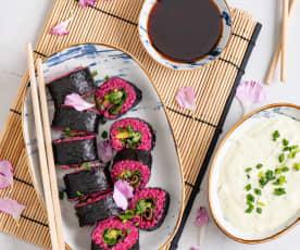 Różowe sushi z warzywami i sosem awokado-wasabi