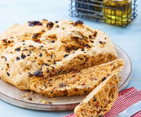 Pan de pumate, aceitunas negras y romero