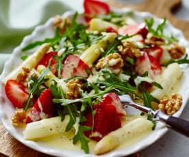 Spargel-Rucola-Salat mit Erdbeeren an Orangensauce