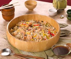 Ensalada oriental de arroz, langostinos, pimientos y brotes de soja