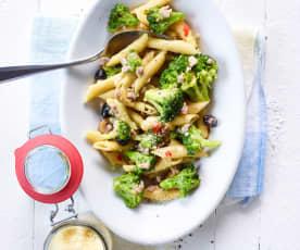 Penne s brokolicí, salsicciou a olivami