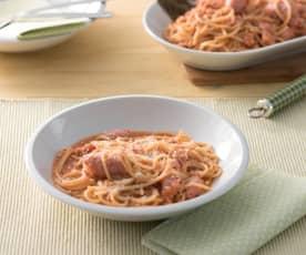 Espaguetis integrales con salchichas frescas