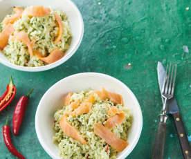 Salada de arroz e salmão fumado com molho de abacate