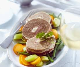 Hackfleischrolle mit Gemüse und Pilz-Sahne-Sauce