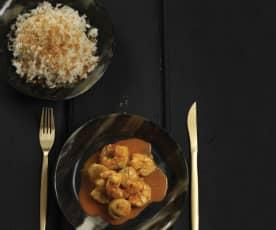 Caril de camarão com vieiras e arroz de coco
