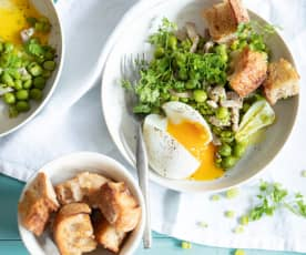 Petits pois, oignons, lardons et œufs mollets