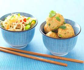 Würzige Fleischbällchen mit chinesischen Gemüse-Nudeln