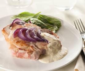 Chuletas de cerdo con cebolla agridulce y mayonesa de berberechos