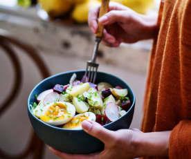Salada de beterraba, batata e ovo mole