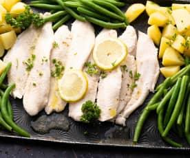 Pesce al limone con patate e verdure al prezzemolo